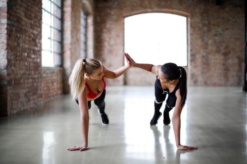 Los 5 mejores ejercicios para levantar el pecho + Vídeo